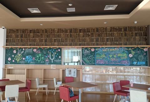 カフェスペースには矢巾町の方と産業デザイン科の有志が描いたイラストが