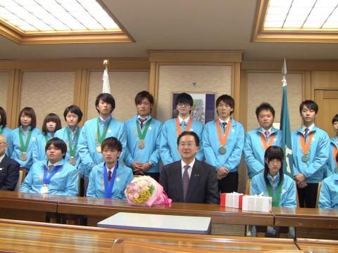 達増拓也岩手県知事と入賞者の集合写真