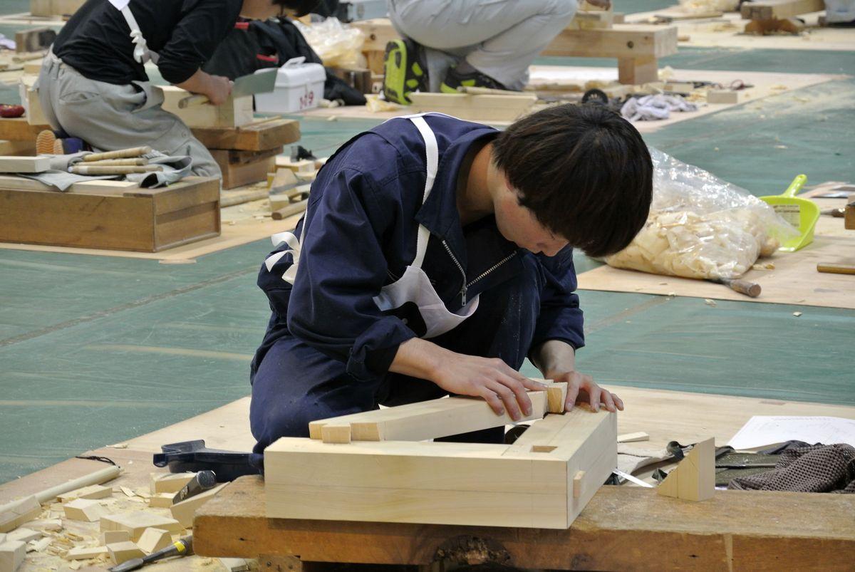 木造建築科の部では在来構造の継手や仕口の課題に取り組みました。