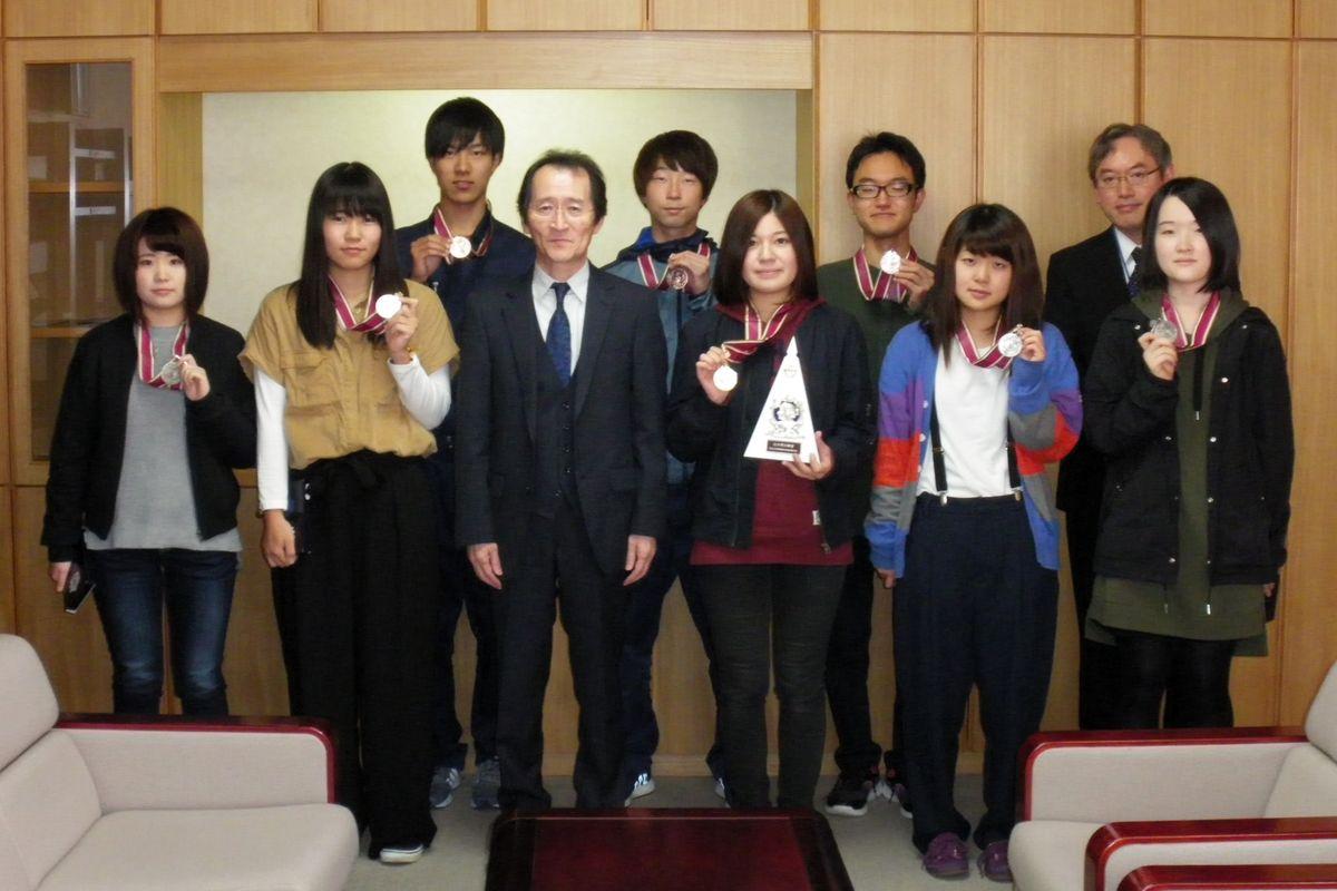 10月27日には入賞者が千葉則茂校長に結果報告をしました。