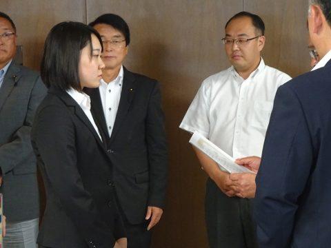 表彰される加藤奈生さん。ちょっと緊張しています。