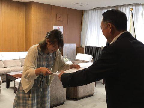 副議会長から表彰される工藤美也香さん。