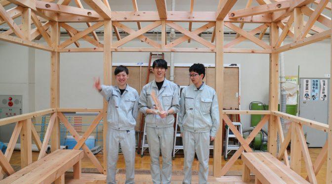 建築科学生が製作した東屋の引き渡し式がありました